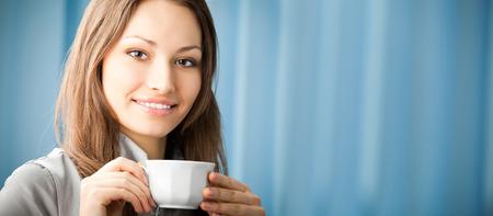 part of me: Retrato de hermosa empresaria jóvenes de sonriente feliz beber café en la Oficina. Para proporcionar la máxima calidad, he hecho esta imagen por la combinación de dos fotos. Puede utilizar la parte izquierda de lema, texto o banner.