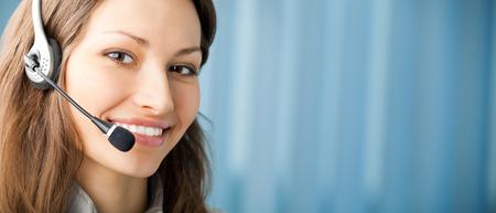 part of me: Retrato de feliz sonriente operadora de telefonía de apoyo en el auricular en el lugar de trabajo. Para proporcionar la máxima calidad, he hecho esta imagen por la combinación de dos fotos. Puede utilizar la parte izquierda de lema, texto o banner. Foto de archivo