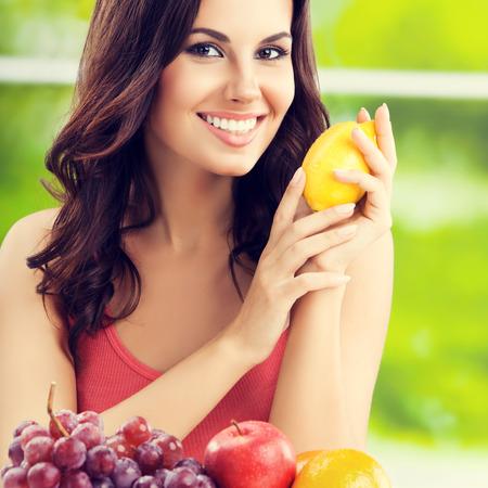comiendo frutas: Joven mujer feliz sonriendo con plato de frutas, al aire libre,