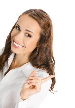 eslogan: Feliz sonriente joven empresaria mostrando el área en blanco para firmar o copyspace, aislado sobre fondo blanco. El éxito en el concepto de negocio. Foto de archivo