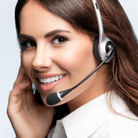ヘッドセットは、灰色の背景の顧客サポート電話演算子です。コンサルティングと支援サービスのコール センター。
