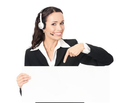 eslogan: operador de feliz sonriente joven de soporte al cliente telefónico en el auricular que muestra letrero en blanco, sobre fondo blanco. Consultoría y asistencia centro de llamadas de servicio. Foto de archivo