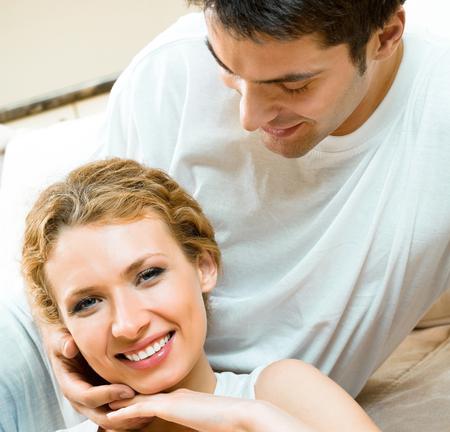 Joyeux sourire jeune couple, à l'intérieur