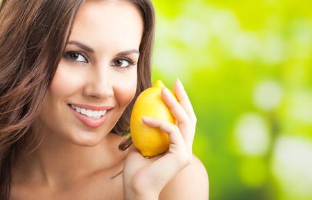 Jeune femme souriante heureuse avec limon, à l'extérieur, avec fond pour le texte ou le slogan
