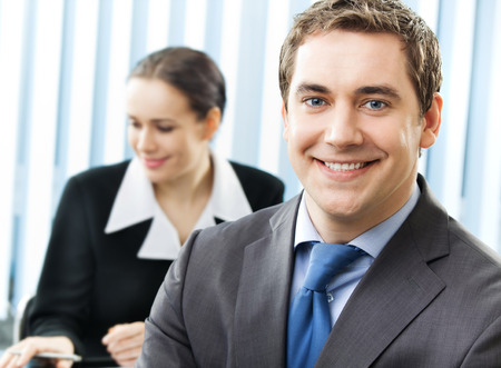 Portrait of happy smiling cheerful business man at office Banque d'images