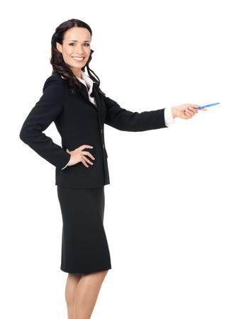 Portrait complet du corps de heureuse souriante jeune belle femme d'affaires montrant quelque chose ou copyspase pour le produit ou le signe du texte, isolé sur fond blanc