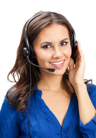 Portret van de gelukkige glimlachende vrolijke mooie jonge exploitant van de steuntelefoon in hoofdtelefoon, die over witte achtergrond wordt geïsoleerd