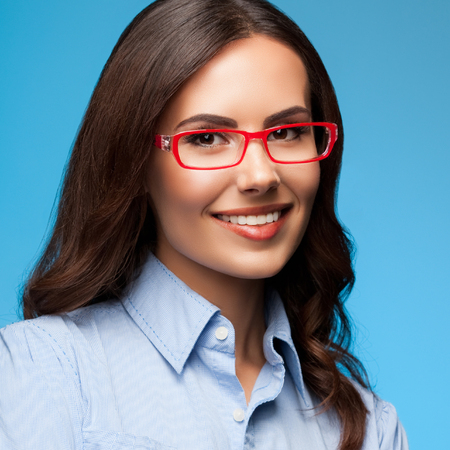 Portrait of happy smiling businesswoman in red glasses, on blue background. Business concept. Banque d'images - 115400608