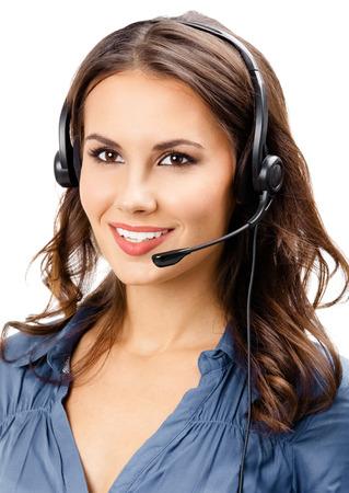 Retrato de feliz sonriente alegre hermosa joven operador de soporte telefónico en auriculares, aislado sobre fondo blanco. Foto de archivo