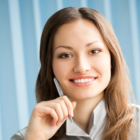 Young happy smiling cheerful business woman at office Banque d'images - 115401008
