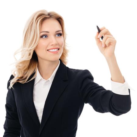 Fröhlich lächelnde fröhliche junge Geschäftsfrau, die etwas auf dem Bildschirm oder transparentem Glas schreibt oder zeichnet, durch blaue Markierung, isoliert auf weißem Hintergrund