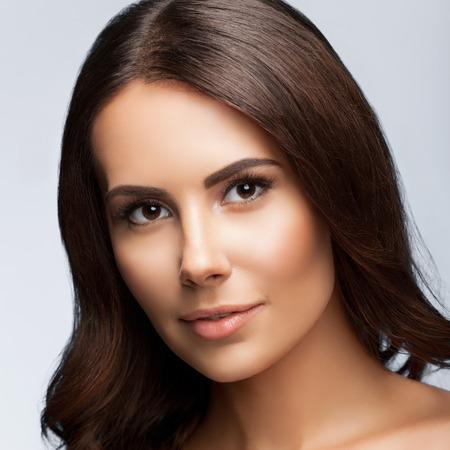 Porträt der schönen jungen Frau mit Schultern, auf hellgrauem Hintergrund Standard-Bild