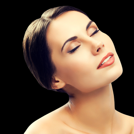 Portrait der schönen Frau mit geschlossenen Augen, Schultern, vor schwarzem Hintergrund isoliert. Brünettes Modell - Schönheit, Glamour, Mode, Modellierung, Kosmetik, Gesundheitshaut und Körperpflegekonzept Studioaufnahme.