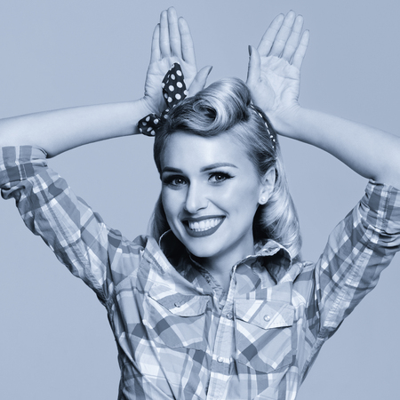 Photo de portrait de belle jeune femme souriante heureuse, vêtue de style pin-up. Modèle de fille caucasienne posant en mode rétro et concept vintage. Noir et blanc. Image de composition carrée.