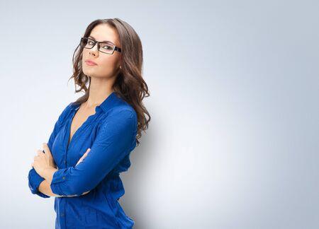 Portret van een gelukkig lachende jonge zakenvrouw in een bril, huisstijl, met een blanco kopieerruimte voor slogan of tekst
