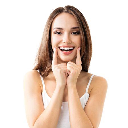 흰색 배경에 격리된 캐주얼 스마트 의류에 이빨 미소를 보여주는 사랑스러운 갈색 머리 소녀 스톡 콘텐츠