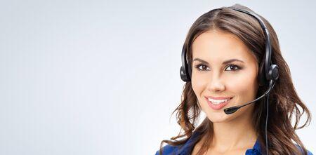 Retrato de operador de telefonía de soporte joven sonriente feliz, agente telefónico de ventas o mujeres empresarias en auriculares, con área de espacio de copia en blanco para lema o texto