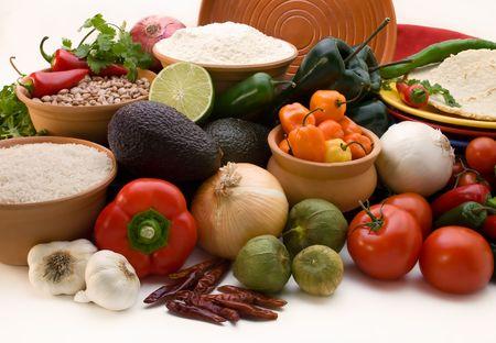 tortilla de maiz: atractiva pantalla de todos los ingredientes frescos, pimientos, cebollas, tomates, avacados, arroz y frijoles para la creaci�n tradicional mexicana cruisine sobre un fondo blanco