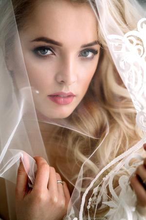 Moderne und moderne Braut, schönes blondes Mädchen, lächelnd mit Glück und Liebe