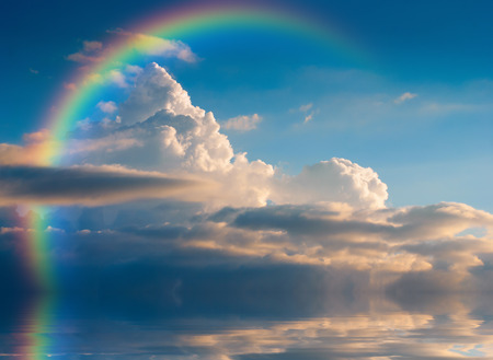 Beaux nuages ??jaunes avec arc en ciel, réfléchis dans une rivière Banque d'images - 35912832