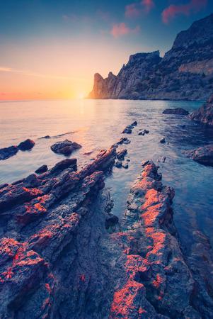 Vintage. Mer coucher de soleil sur la plage rocheuse Banque d'images - 37098564