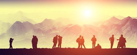 Silhouette de touristes dans une vallée de haute montagne. équipe de Voyage. temps de Matin. Banque d'images - 37518687