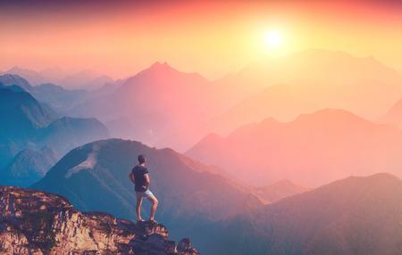 Man staande op een berg top en genieten van zonsopgang in een Karpaten