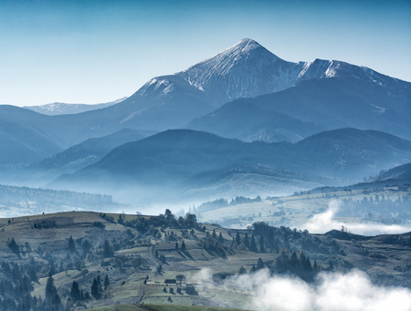 Majestic view of great ukrainian mountains. Misty hills and meadows. Wonderful nature scenery of Carpathians. 版權商用圖片 - 121116620