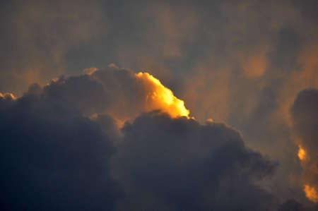 Punto d'oro in nubi temporalesche. Archivio Fotografico