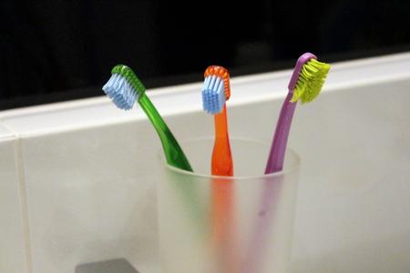 浴室でカラフルな歯ブラシ