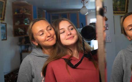 Happy selfie of mother and daughter 版權商用圖片