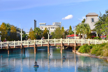 Orlando, Florida. November 24, 2018 View of bridge, lamps floating above lake on boat restaurant background at Lake Buena Vista. Banco de Imagens - 117572663