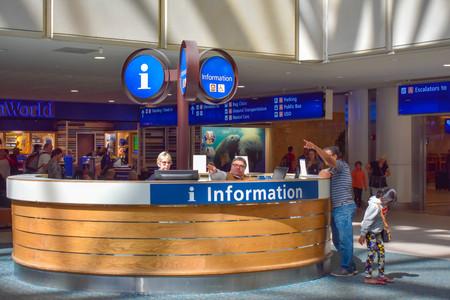 Orlando Florida. 01. März 2019. Person, die einem Passagier im Information Center am Orlando International Airport Anweisungen gibt.