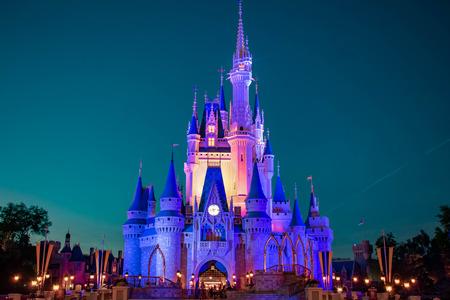 Orlando, Florida. 02 aprile 2019. Vista panoramica illuminata del castello di Cenerentola su sfondo blu notte nel Magic Kingdom al Walt Disney World (2)