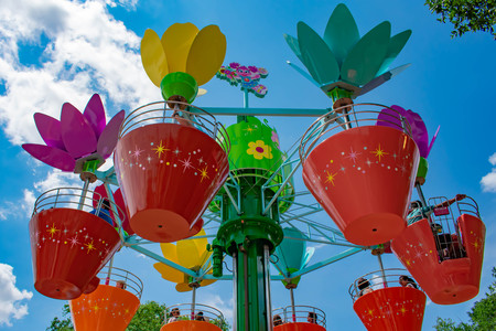 Orlando, Florida. April 7, 2019.Parents and kids enjoying colorful flower pots Abbys Flower Tower at Seaworld in International Drive area (2) 報道画像