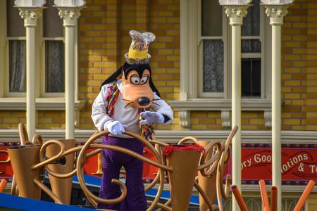 Orlando, Florida. April 02, 2019. Goofy in Mickey and Minnies Surprise Celebration at Walt Disney World (2) Фото со стока - 121384092