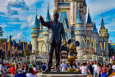 View of Partners Statue This statue of Walt Disney and Mickey Mouse is positioned in front of Cinderella Castle in Magic Kingdom (1) Фото со стока - 121384112