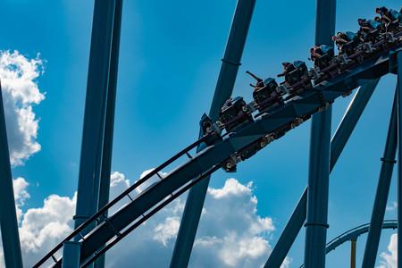 Orlando, Florida. April 26, 2019. People having fun amazing Mako rollercoaster on lightblue cloudy sky background at Seaworld Редакционное