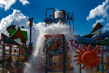 Orlando, Florida. April 26, 2019. Top view of Kata's Kookaburra Cove with water splashing from a giant bucket at Aquatica water park Zdjęcie Seryjne - 122360850