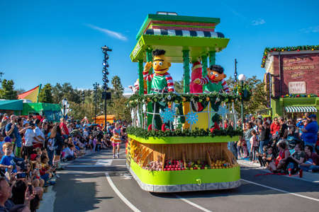 Orlando, Florida. December 07, 2019. Bert and Ernie in Sesame Street Christmas Parade at Seaworld 1 Redactioneel