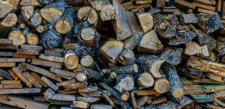 Pile of chopped firewood logs, wood planking Banque d'images