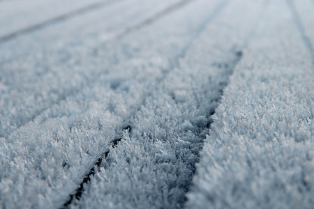 흰 서리: snow or hoarfrost on wooden boards, a background texture 스톡 사진