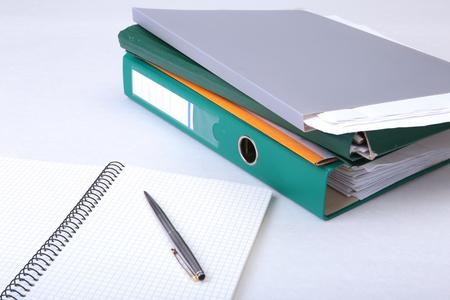 フォルダー ファイル、メモと机の上のペン。背景をぼかし。