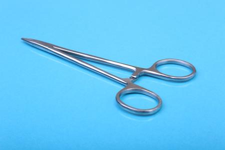 Close Up instrumentos quirúrgicos y herramientas sobre fondo azul espejo. Enfoque selectivo Foto de archivo