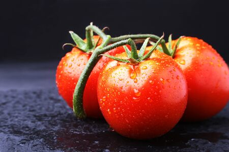 Tomato branch with Very fresh and delicious red tomatoes Banque d'images - 128388553