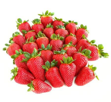 fresa: Un mont�n de fresas dulces y jugosas aisladas sobre fondo blanco. Foto de archivo
