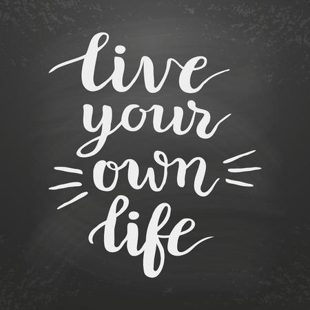 """Inspirational citaat """"Leef je eigen leven"""" op bord background.Hand belettering typografie poster. Inkt penseel kalligrafie. vector illustratie Stock Illustratie"""