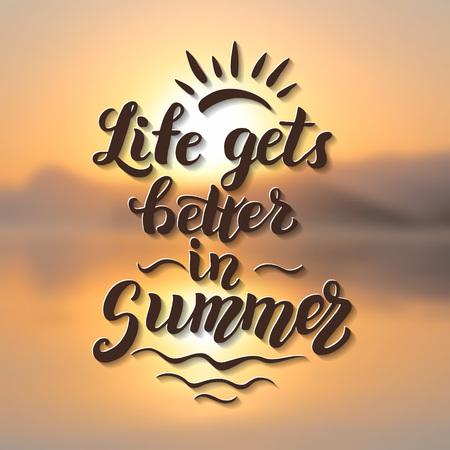 La vida se hace mejor en verano. Verano original cotización cepillo de letras sobre fondo borroso. Para los carteles de verano, camisetas, impresiones, bolsas, almohadas, decoraciones para el hogar. ilustración vectorial