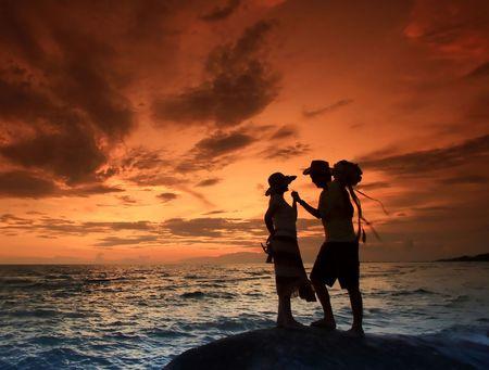 parejas romanticas: Escena romántica en la playa, Tailandia  Foto de archivo