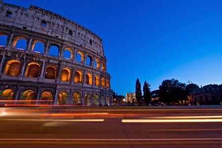 light trail: Camino de la luz en el Coliseo en el crep�sculo, Roma Italia  Foto de archivo